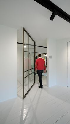 Beautiful glass pivot door made with bronze anodised aluminium. Sliding Glass Door, Sliding Doors, Glass Doors, Home Room Design, House Design, Pivot Doors, Modern Office Design, Apartment Interior, Office Interiors