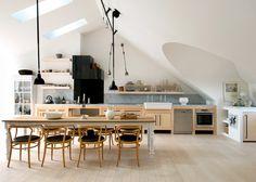 Une cuisine en longueur toute en blanc