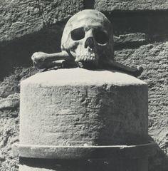 ROBERT MAPPLETHORPE 1946-1989 SKULL + CROSSBONES