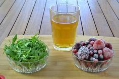 Los ingredientes que voy a utilizar hoy son: te verde en infusión, rúcula y frutos rojos.