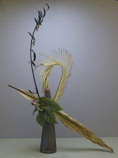 Ikebana Flower Arrangement, Ikebana Arrangements, Floral Arrangements, Sogetsu Ikebana, Art Nouveau Flowers, Flower Installation, Table Flowers, Party Centerpieces, Flower Show