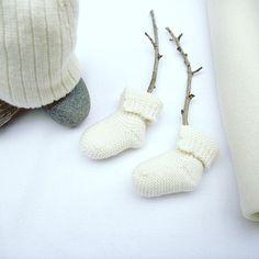 Confectionné en #france  en pure #laine vierge mérinos, ce trio #bonnet #chausson #couverture est idéal pour une #naissance #layette