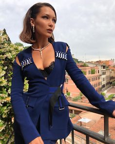 "825.9 mil Me gusta, 3,573 comentarios - Bella Hadid (@bellahadid) en Instagram: ""@bulgariofficial Press day for my new ""Goldea: The Roman Night"" Perfume Campaign launch tonight!…"""
