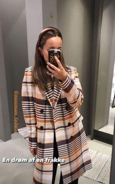 Dobbeltradet frakke designet i multi-farvet tern fra Minimum. Frakken er lavet i en uld og genanvendt polyester blanding for en blød og strutureret kvalitet.   Minoa er detaljeret med bred revers og slids bagpå for ekstra bevægelse. Uld, Sliders, Orange, Shirts, Collection, Tops, Design, Women, Fashion