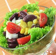 Salat mit Tomaten, Kidneybohnen, Gurke und Mais Tags: