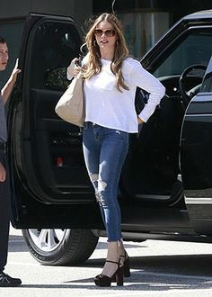 Sofia Vergara shopping at Saks Fifth Avenue in Beverly Hills, CA (April wearing Tom Ford 'Jennifer' Polarized Sunglasses, a Prada Light Gray Daino Side-Pocket Tote Bag, J Brand 8226 Destructed Fury Cropped Jeans and Gucci Suede Horsebit Platform Sandals. 60 Fashion, Plus Size Fashion, Womens Fashion, Fashion Ideas, Sofia Vergara, Blue Skinny Jeans, Cropped Skinny Jeans, Tan Handbags, Classic Looks