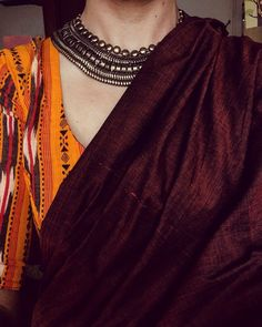 Looking for necklace to wear with sarees? Here are adorable necklace designs that you can wear from trendy to traditional sarees. Indian Attire, Indian Wear, Handloom Saree, Salwar Kameez, Indian Dresses, Indian Outfits, Indian Skirt, Indian Clothes, Saree Jewellery