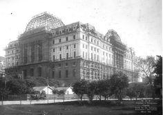 El antiguo palacio de Comunicaciones en 1922 en medio de su construcción