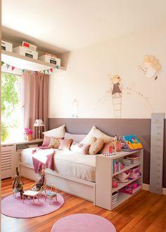 Dormitorio infantil con cama arrimada a la pared, zócalo y soluciones para guardar juguetes