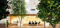 """Uffici Lenne in Estonia - una foresta sul posto di lavoro KAMP ha creato porte, uffici, aree tutte da scoprire su uno spazio multilivello; maniglie che ricordano l'infanzia, lampade di 3 metri che rimandano i viaggi di """"Alice in Wonderland"""": insomma entrand"""