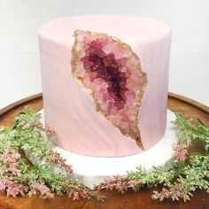 Nadia Cakes, a renowned bakery that has won numerous awards, recently made a pink geode cake. After sharing a picture of the geode cake online, people noticed that it looked a lot like a vagina. Pretty Cakes, Cute Cakes, Beautiful Cakes, Amazing Cakes, Bolo Geode, Geode Cake, Mini Cakes, Cupcake Cakes, Cake Cookies