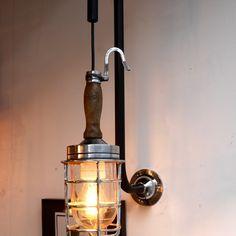 http://anciellitude.fr/wp-content/uploads/2016/11/P1100221-1.jpg - baladeuse en applique col de cygne - http://anciellitude.fr/baladeuse-en-applique-col-de-cygne/ - #baladeuse #luminaire #lighting #blowedglass #oldlamp #ancien #wood #manchebois #oldhook #industrial #design #strafor #deco #vintage #anciellitude #pucesdesaintouen #parisfleamarket #marchepaulbert #paulbertserpette #allee1 #paris
