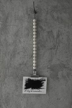 diy hängare för vykort, träkulor, inredning med trärent, vykort prints, vykort illustrationer, a day to remember, svarta och vita vykort, inspiration tavlor, clips för kort, granit, panduro