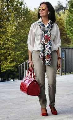 белая рубашка и брюки для 60-летней