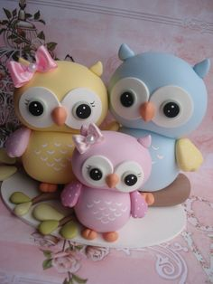 Owl Family in Clay Polymer Clay Animals, Cute Polymer Clay, Fimo Clay, Polymer Clay Projects, Polymer Clay Creations, Fondant Figures, Fondant Cake Toppers, Owl Cakes, Fondant Animals