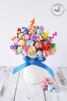 Mason Jar Craft Candy Bouquet, Create a candy bouquet as a centerpiece for an upcoming wedding, birthday party or gift. This DIY lollipop bouquet made with dum dum suckers, can be altered. Learn how to make a candy bouquet step by step below! Lollipop Bouquet, Candy Bouquet Diy, Diy Bouquet, Lollipop Centerpiece, Mason Jar Candy, Mason Jars, Wine Bottle Crafts, Mason Jar Crafts, Sucker Bouquet