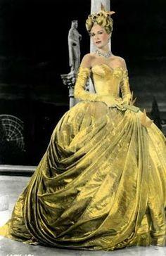 Meu Mundo Cênico: Outubro 2012 Grace Kelly em Ladrão de casaca (1955) No filme, Grace Kelly interpreta uma garota rica e mimada, dona de um guarda-roupa repleto de lindas roupas. O vestido de lamê dourado, estilo Maria Antonieta, foi desenhado pela figurinista Edith Head, uma fera em roupas para o cinema, com 35 indicações para o Oscar e 8 estatuetas.