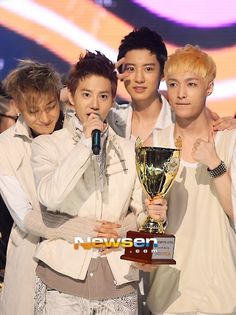 Tao hugging his Umma Suho And Chanyeol is all cute and Lay is just yup .... All of them being Cute!!!