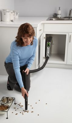 The 3 second clean! The best way to clean you kitchen Garage Vacuums, Vacum Cleaner, Retractable Hose, Hardwood Floors, Flooring, Mediterranean Style, Smart Home, Kitchen Gadgets, Beams