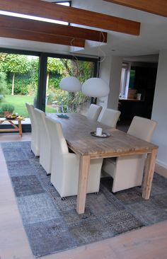 Grijs vintage patchwork vloerkleed onder de eettafel #vintage #eethoek