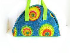 sac forme bowling en tissu wax dans les tons bleus verts jaunes oranges : Bagagerie par doudous-mad-in-toudou