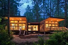 Casa de madera prefabricada ideal para gente no miedosa. La casa de madera me parece preciosa pero viendo el lugar donde esta, dudo que pegaría ojo si estaría una noche sola.