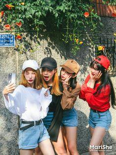 korean fashion similar twin look denim blue shorts jean sweater black white red brown hats Korean Fashion Trends, Korean Street Fashion, Korea Fashion, Asian Fashion, Look Fashion, Fashion Beauty, Girl Fashion, Mode Ulzzang, Ulzzang Girl
