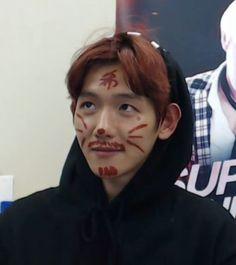 Ebben a storyban nagyrèszt BTS tagok veszèlye fenyeget de nèha bepofá… Baekhyun, Meme Pictures, Reaction Pictures, Meme Faces, Funny Faces, K Pop, Memes Exo, Exo Stickers, Ex Amor