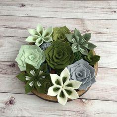 These felt succulents are good with one , with two, with a lot in a pot. di luce solare come fare Felt Flower Wreaths, Felt Wreath, Felt Flowers, Diy Flowers, Fabric Flowers, Flower Pots, Paper Flowers, Felt Crafts Diy, Felt Diy