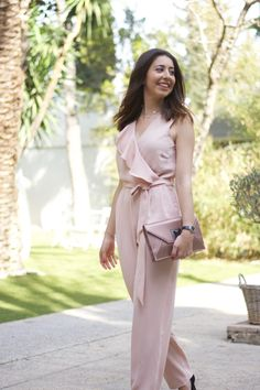 midilema.com | What to wear to a social event | Lucía Peris is wearing a pale pink jumpsuit with flares, pale pink clutch, black watch, and black pumps for special occasions. // Lucía Peris lleva un mono largo rosa palo con volantes, bolso de mano estilo sobre rosa palo, reloj negro, y tacones negros para ocasiones especiales.