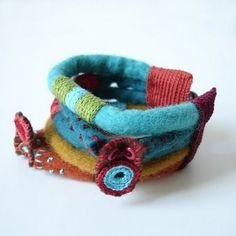 New cuff made in felt and crochet with a vintage button. Rope Jewelry, Jewelery, Jewelry Bracelets, Textile Jewelry, Fabric Jewelry, Textiles, Felt Bracelet, Fabric Bracelets, Felt Fabric