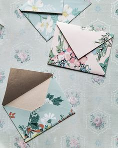 Homemade Vintage Wallpaper Envelopes These pretty handmade envelopes are perfect for wedding or party invitations. They're made from bits on vintage wallpaper from the flea market! Origami Envelope, Diy Envelope, Wallpaper Crafts, Wallpaper Samples, Homemade Envelopes, How To Make An Envelope, Tissue Paper Flowers, Paper Envelopes, Vintage Crafts