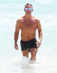 Andy Cohen looks ripped 'n' beach ready in his swim trunks & flashy shades. Totally swooning over those flash lenses! Mariah Carey Singing, Hot Men, Hot Guys, Andrew Cohen, Silver Foxes Men, Generation Gap, Touch Of Gray, Bravo Tv, Muscle Boy