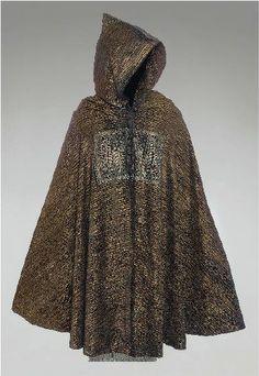 Fortuny - Burnous en velours noir orné de rayures et de feuilles dorées au pochoir, boutonnage sur la poitrine