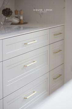 Projekt NAVY - granatowa, elegancka kuchnia w klasycznym stylu Open Plan Kitchen Living Room, Kitchen Cabinet Styles, Dream House Interior, Apartment Kitchen, Home Staging, Traditional House, Home Remodeling, Luxury Homes, Kitchen Design