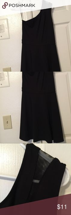 Forever 21 Black Mini Cocktail Dress Size S This dress is all black with one shoulder. There is no sleeve on the other arm. The fabric rests below the underarm but it sits high enough to keep your chest covered. It is fitted from the torso and loose and flowy from the waist down! This is a mini dress. It can be worn on dates, to parties, nights out, and the like! It's very feminine yet sexy because of the sleeveless addition! This is a size Small. Dresses One Shoulder