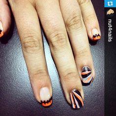 """Con este lindo diseño nos despedimos por hoy, mañana ya es """"viernes""""! Recuerden participar del reto :) Gracias por compartir!!  --- Uñitas de halloween con water marble #nails #nailart #adictas #watermarble #halloween #Padgram"""