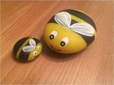 Painting bees on river rocks looking for some easy painted rock ideas to get inspired by see more ideas about rock crafts painted rocks and stone crafts rockpainting paintedrockideas crafts diy Pebble Painting, Pebble Art, Stone Painting, Diy Painting, Pebble Mosaic, Pebble Stone, Garden Painting, Rock Painting Ideas Easy, Rock Painting Designs