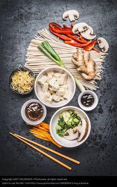 Asiatische Zutaten und Stäbchen mit Tofu und Nudel, asian ingredients, tofu, mushroom, leek, mango, ginger, healthy food, healthy asian kitchen