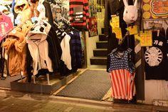 夜の竹下通り。 この国旗柄のタンクトップ・・・私、小学生の時からここにある気がする。笑