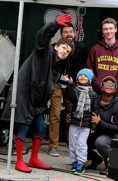 Not afraid of heights! Tom Holland shows he's a natural Spider-Man as he suits up to film scenes on NYC rooftop Marvel Dc, Marvel Comics, Iron Man, Tom Peters, Harrison Osterfield, Baby Toms, Tom Holland Peter Parker, Men's Toms, Tommy Boy