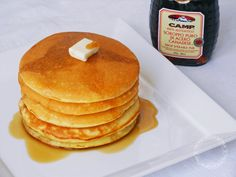 """12 pancakes:   300 g di farina """"00"""" 300 ml di latte fresco 3 uova 2 cucchiai di zucchero un pizzico di sale 2 cucchiai di burro fuso 1 bustina di lievito per dolci   Farcia:  sciroppo d'acero, confettura, miele, frutta, Nutella  Preparazione:  In una ciotola versate la farina setacciata con il lievito, lo zucchero e il sale. Unite le uova, il latte e il burro fuso, con l'aiuto di una frusta mescolate fino ad ottenere un impasto liscio ed omogeneo. Ungete di burro una padella antiaderente (io…"""