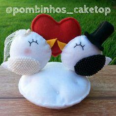 Topo de bolo artesanal, produzido em feltro. Pode servir como porta-aliança. Clay Crafts, Felt Crafts, Diy And Crafts, Valentine Crafts, Valentines, Custom Wedding Cake Toppers, Christmas Ornament Crafts, Felt Diy, Valentine's Day Diy