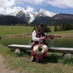 ...v pozadí Ždiarska Vidla a Havran....krásne prostredie Ždiaru Heart Of Europe, Folk Costume, Looking Back, Traditional, Mountains, History, Country, Nature, Travel