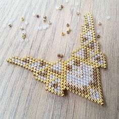 Pour toi @poponara ! #jenfiledesperlesetjassume #miyuki #brickstitch #perlesaddict #ethnic #aztec #goldfilled #cestmoiquilaifait #navajo #creativa #peyote #diy #jewelrydesigner #jenfiledesperlesetjaimeca