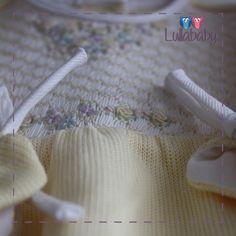 Macacão amarelo 100% algodão tricotado, com detalhes de fustão e bordado casa de abelha feito ã mão.  Reza a lenda que a primeira roupinha usada pelo bebê na maternidade deve ser amarela. A roupinha amarela traz prosperidade e sorte ao recém nascido.  Fornecedor: Petit Calin http://www.lullababy.com.br/pd-FCD1E.html