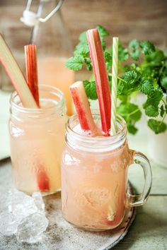 Recipe for rhubarb spritzer - food and drink Healthy Dinner Recipes, Dessert Recipes, Healthy Food, Rhubarb Recipes, Easter Dinner, Easter Recipes, Food Items, The Fresh, Bruschetta