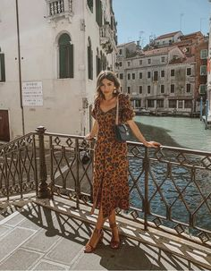 Perfect outfit idea to copy ♥ For more inspiration join our group Amazing Things ♥ You might also like these related products: - Leggings ->. Europe Outfits, Italy Outfits, Classy Outfits, Stylish Outfits, Fashion Outfits, Ootd Fashion, Traje Casual, Looks Cool, Mode Inspiration