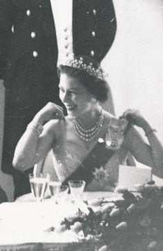 July 1959 Just under 2 months pregnant with Prince Andrew Young Queen Elizabeth, Princess Elizabeth, Princess Margaret, Hm The Queen, Her Majesty The Queen, Queen Mary, British Royal Families, British Family, Prince Phillip