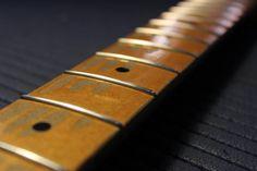 Sostituzione Tasti su una Fender Stratocaster Custom Shop  Passo dopo passo mentre eseguo una sostituzione tasti.  #bedinicustomguitars #FenderStratocaster  Seguimi sulla mia pagina Facebook: www.facebook.com/BediniCustomGuitars